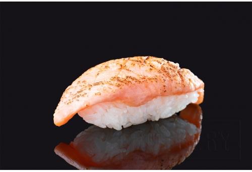 Опаленные суши с лососем
