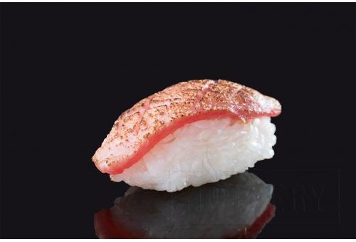 Опаленные суши с тунцом